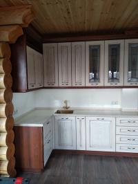 Кухонный гарнитур для гостевого дома Кухонный гарнитур для гостевого дома изготовлен с применением фасадов из натурального дерева Итальянского производства, столешница и фартук из искусственного камня, мойка металлическая бронзового цвета, вся внутренняя