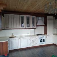 Кухонный гарнитур для гостевого дома Чебоксары,Мебель доставили и установили Чебоксары.Прихожая, шкаф и зона под лестницей в гостевой дом изготовлены с применением фасадов и декоративных элементов из МДФ облицованн